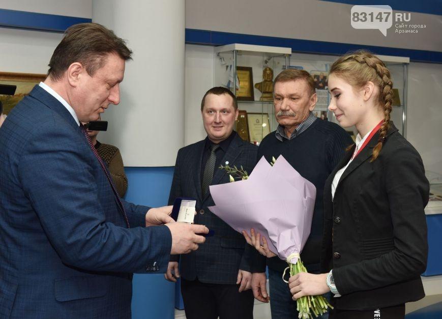 О.Лавричев поздравляет спортсменку