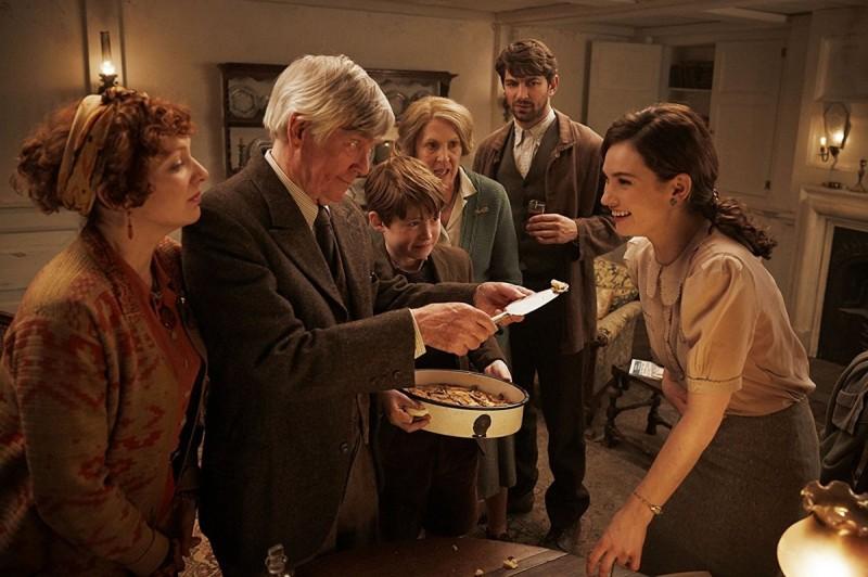 Кадры из фильма: Клуб любителей книг и пирогов из картофельных очистков