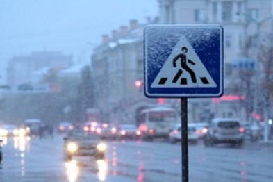 Жительница Великого Новгорода попала в больницу, попытавшись перейти дорогу по нерегулируемому переходу