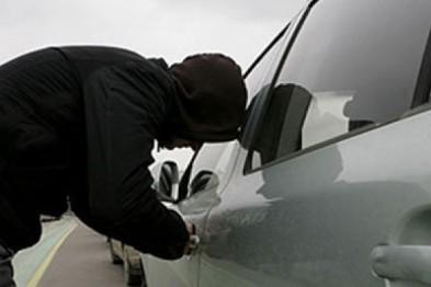 Молодой человек угнал автомобиль у девушки