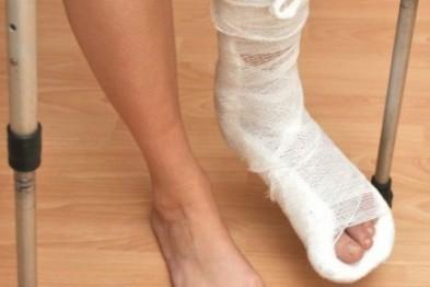 Женщина получила переломы ноги, пытаясь пересечь дорогу в неустановленном месте