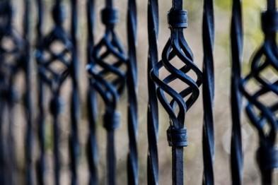 Чугунный забор с территории магазина похитили двое арзамасцев, чтобы сдать его в металлолом