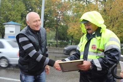 Нижегородские сотрудники ГИБДД поощрили водителей
