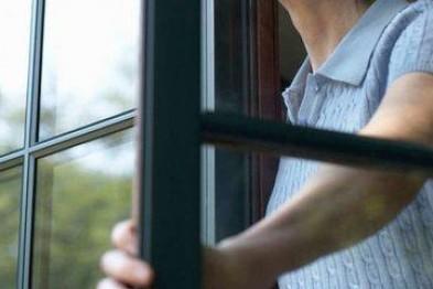 Более 100 тыс. рублей похитила женщина у пенсионера, проникнув через окно в жилище