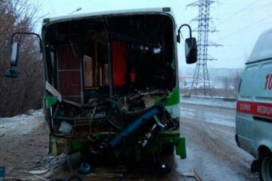 Автобус и легковушка столкнулись в Арзамасе, погибли 2 человека