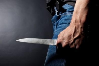 В Лобне мужчина схватился за нож, застав жену в постели с любовником