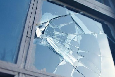 В Дзержинске грабитель зарезал мужчину и ранил другого, помешавшим ему проникнуть в магазин