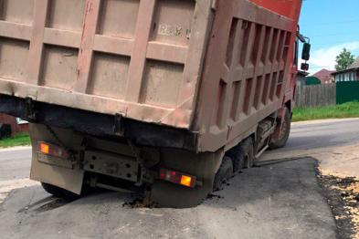 Грузовик провалился в яму на недавно отремонтированном участке дороги