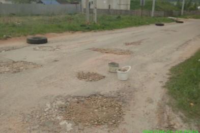 Арзамасец устал ждать городские службы и сам засыпал ямы на дорогах щебнем