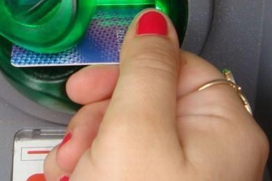 В Арзамасе женщина похитила у соседа банковскую карту и сняла с нее 10 тыс. рублей