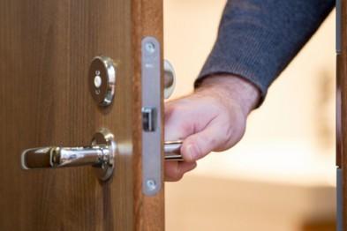 Рецидивист через открытую дверь похитил ювелирные украшения на 50 тыс. рублей