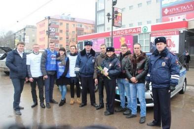В Арзамасе сотрудники ГИБДД вместе с «Ночными волками» поздравили женщин с 8 марта (ФОТО)