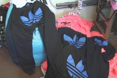 Крупный штраф грозит предпринимателю торгующему контрафактными спортивными костюмами