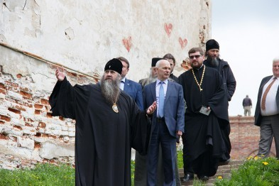 Митрополит Георгий осмотрел в Арзамасе восстанавливающиеся объекты и вручил грамоту театру драмы