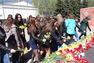 В Арзамасе школьники возложили цветы к мемориалу Вечный огонь