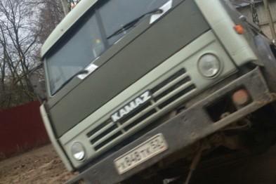 Автомобиль КамАЗ провалился под землю в Арзамасе (ФОТО+ВИДЕО)