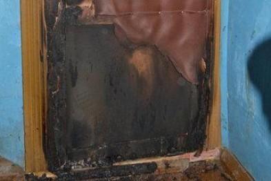 Неизвестные подожгли дверь в квартиру в пятиэтажном доме по улице Мира