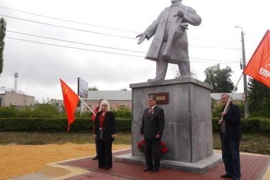 Красной краской вандалы дважды облили памятник Ленину, недавно открытый в Ельце