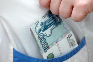 Врача-терапевта подозревают в получении взятки