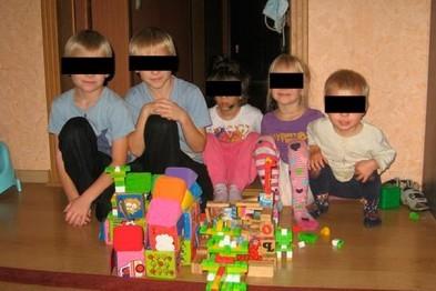 Семейную пару, убивших приемную дочь и воспитывавших еще четверых детей лишили родительских прав