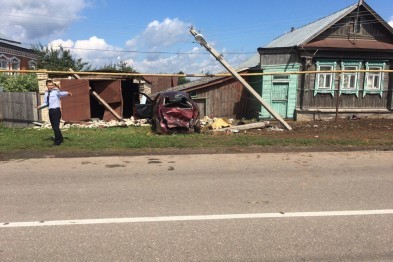 Пьяный водитель без прав погиб, врезавшись в столб и гараж