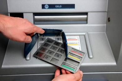 Что такое скримминг и чем он опасен для держателей пластиковых карт? (фото)